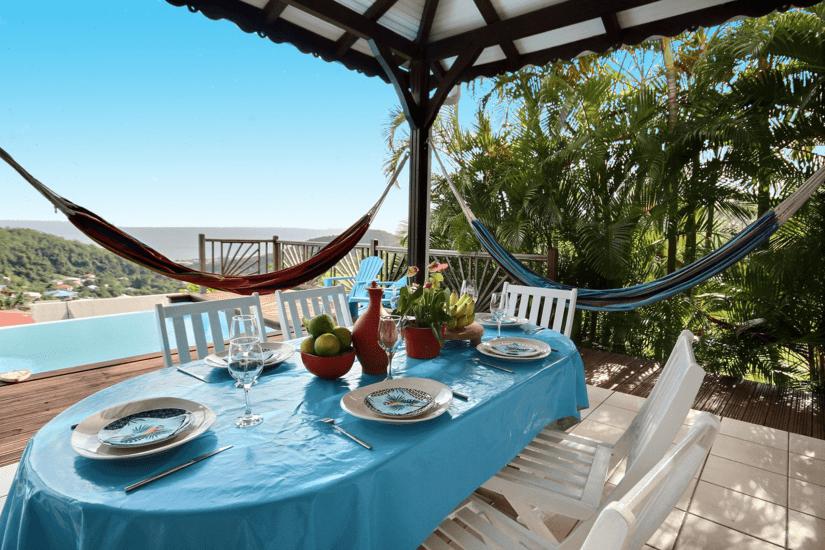 martinique villa palmier rouge salle à manger extérieure