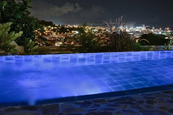 Location A Fort De France Piscine Nuit